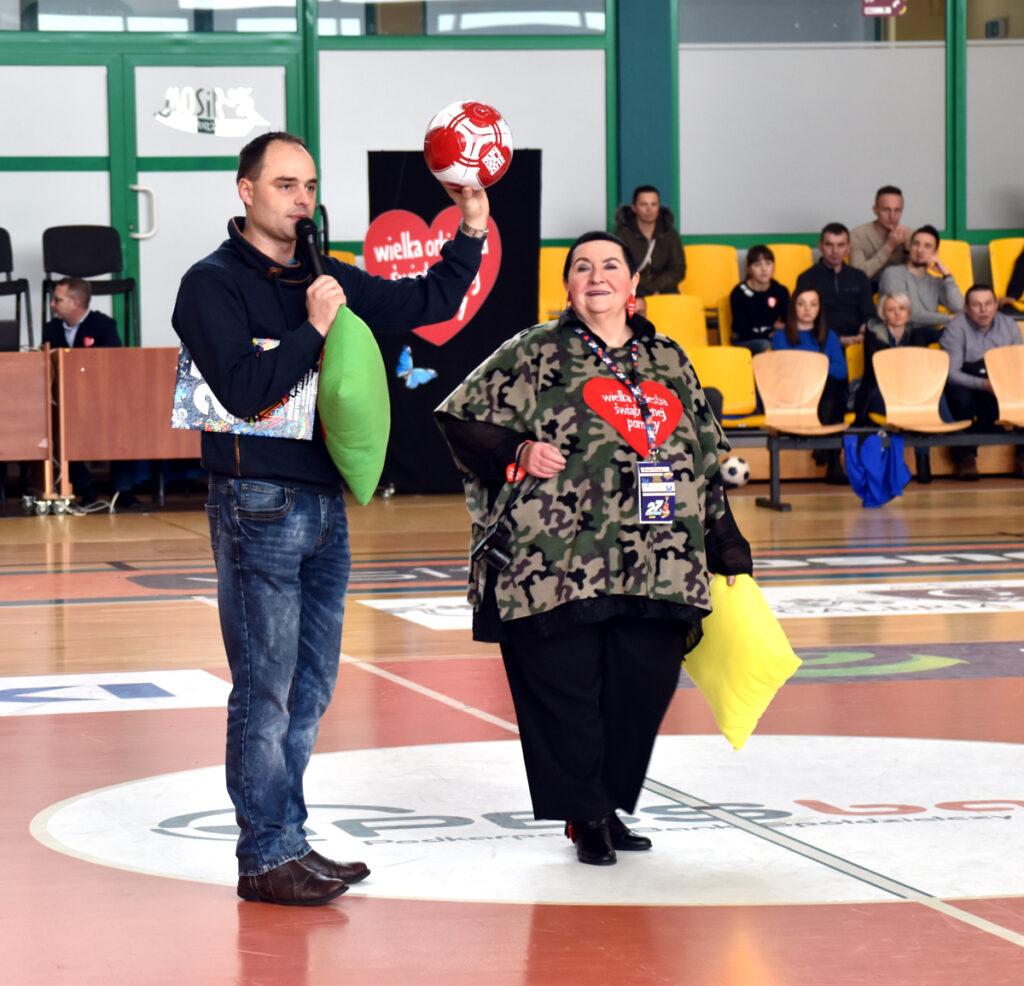 Licytacja piłki- hala sportowa MOSir - WOŚP Krosno 2019, na zdj. m.in. szefowa Sztabu Wośp Krosno radna Anna Dubiel