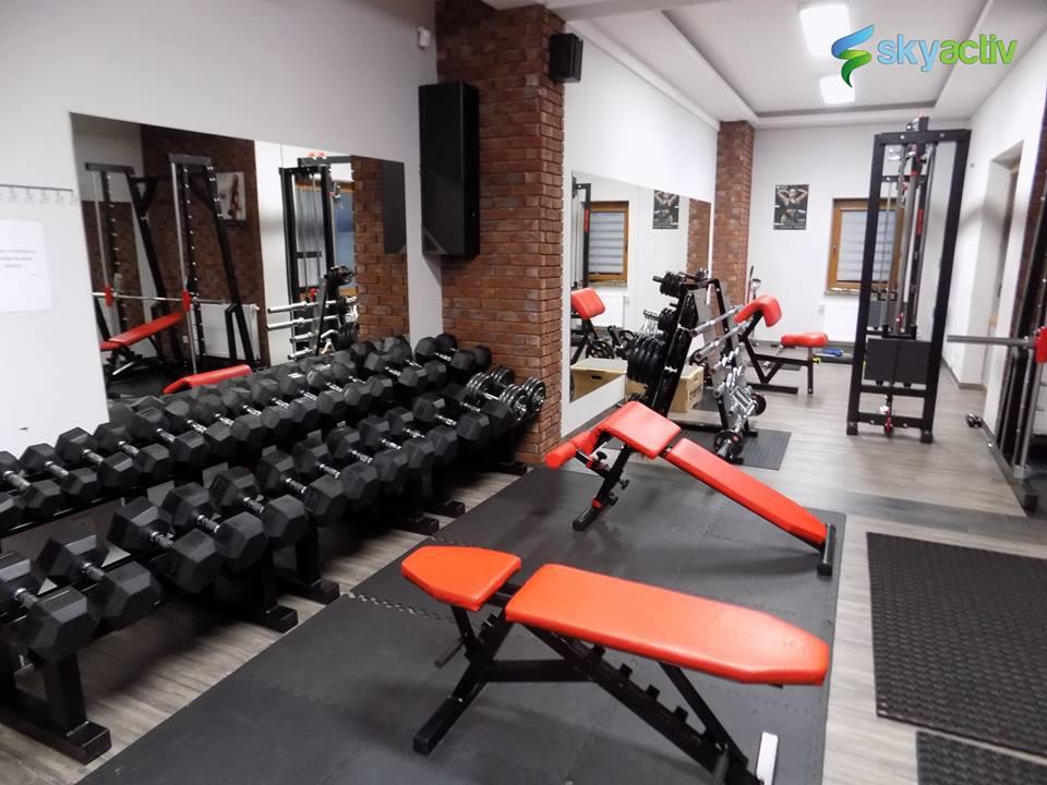 Wnętrze siłowni SkyActiv w Korczynie, strefa wolnych ciężarów