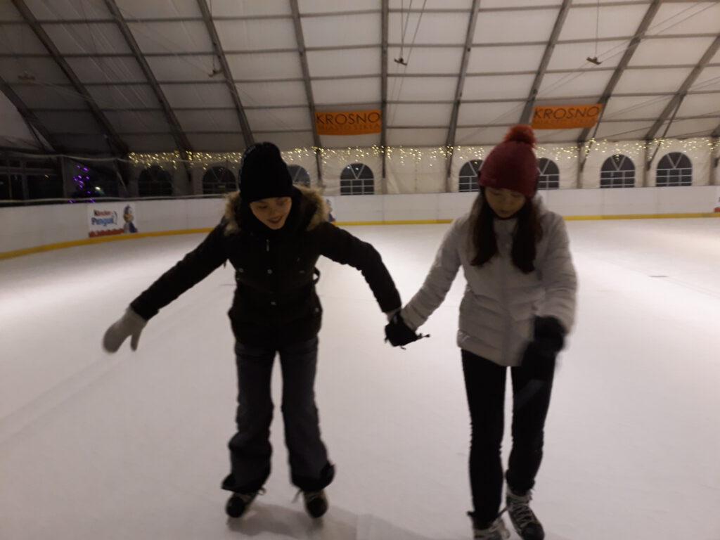 Wolontraiuszki programu AISEC na lodowsku MOSiR w Krośnie