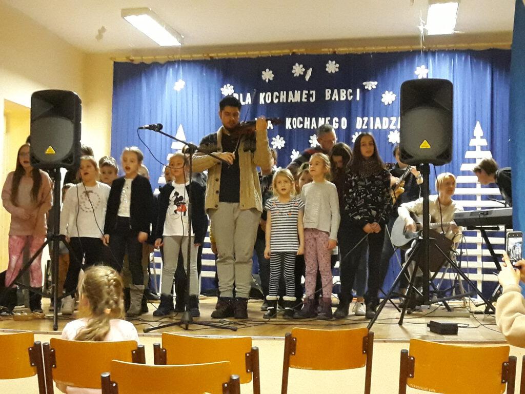 Spotkanie wolontariuszy programu AISEC z mieszkańcami Polanki w SP nr 7 i wspólne kolędowanie