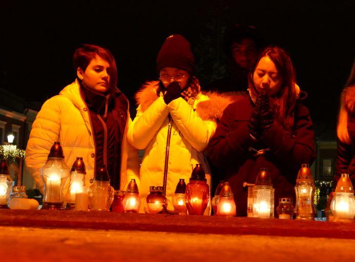 Studenci razem z mieszkańcami upamiętnili śp. Prezydenta Pawła Adamowicza na rynku w Krośnie