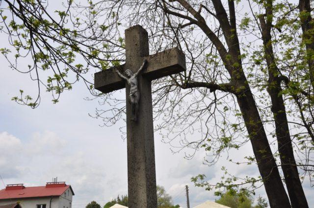 Krzyż w miejscu dawnego kościoła i szpitala obok Ronda Solidarności na Podwalu