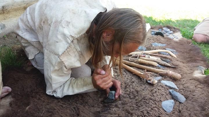 Rozpalanie ognia za pomocą hubki i krzesiwa, rekonstrukcja życia ludzi w epoce brązu, Od troi po Bałtyk w Karpackiej Troi w trzcinicy