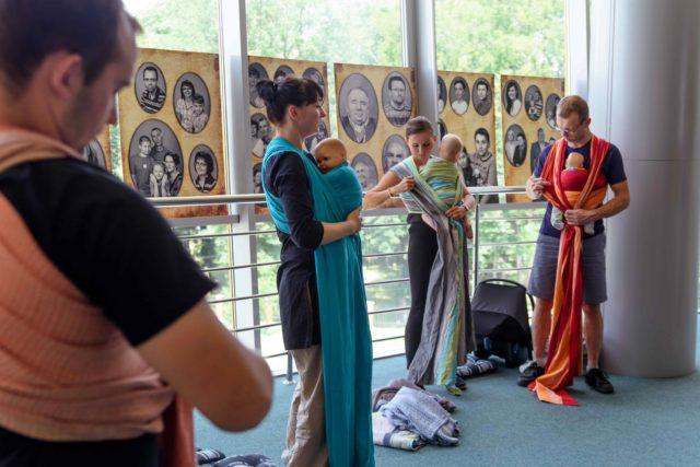 Podczas Krośnieńskiego Festiwalu Bliskości odbywają się warsztaty noszenia dzieci w chustach