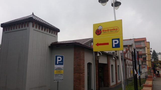Tablica informuje o konieczności posiadania bezpłatnego biletu parkingowego za pierwsze 90 min