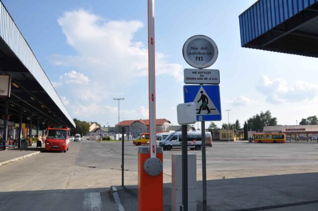 Od czerwca 2018 roku teren dworca autobusowego w Krośnie dzierżawiony jest przez zewnętrzną firmę. Nie ma podstawowej infrastruktury dworcowej jak poczekalnia, toaleta czy kasy biletowe.