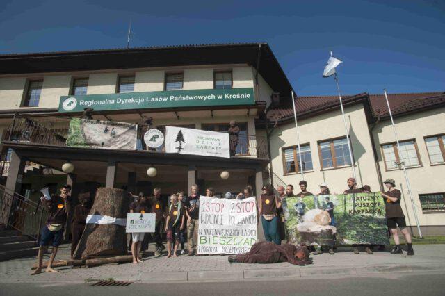 9 sierpnia w Krośnie, pod siedzibą Regionalnej Dyrekcji Lasów Państwowych, odbył się protest Inicjatywy Dzikie Karpaty.