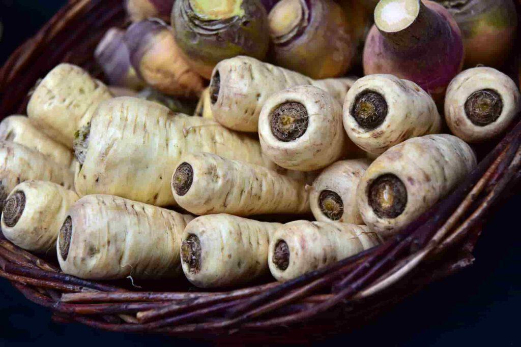 Sprzedawcy warzyw często zamaist pietruszki sprzedają sporo tańszy pasternak