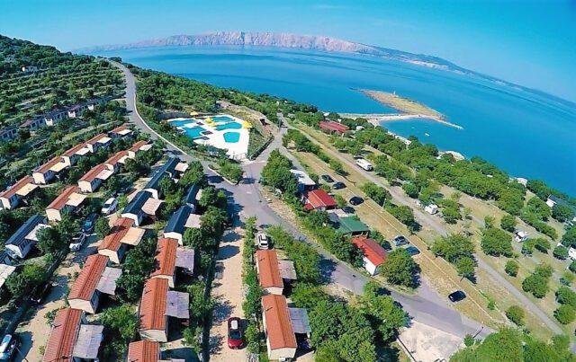 SMALL CAMP to stworzona przez MH GROUP marka campingów premium, która już w tym sezonie udostępniła bazę campingową w Klenovicy w Chorwacji.