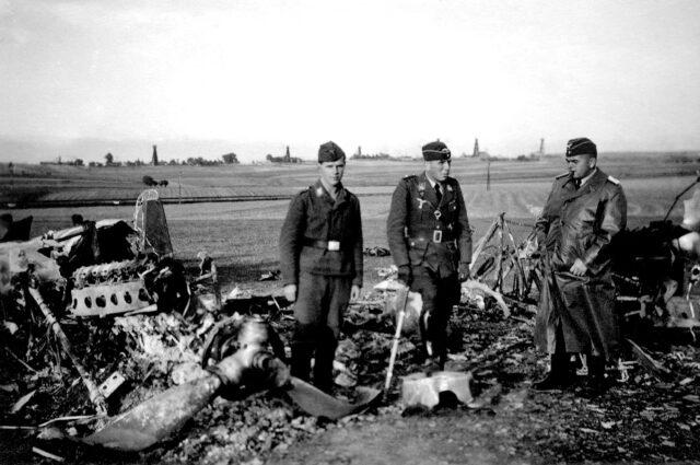 109. Szczątki Dorniera rozbitego po nalocie na lotnisko w Moderówce, oglądanie przez żołnierzy Luftwaffe po zajęciu w 1939 r. Podkarpacia przez Niemców