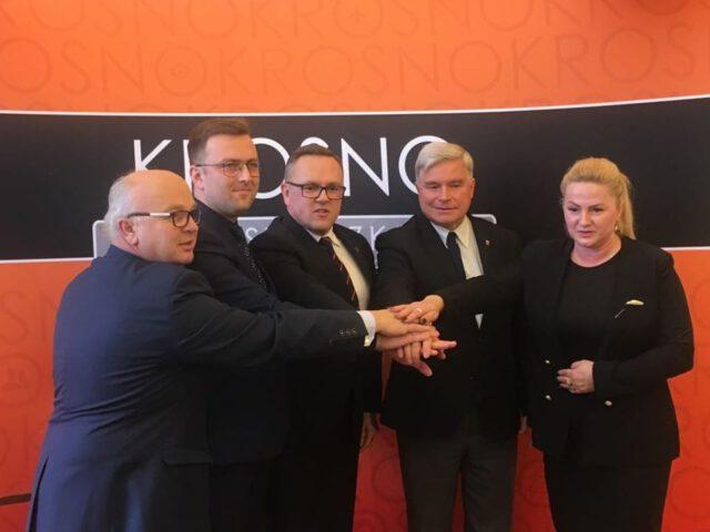Jan Omachel, Mateusz Liput, Tomasz Soliński, Piotr Przytocki i Dorota Chilik w geście porozumienia w sprawie powiększenia Krosna