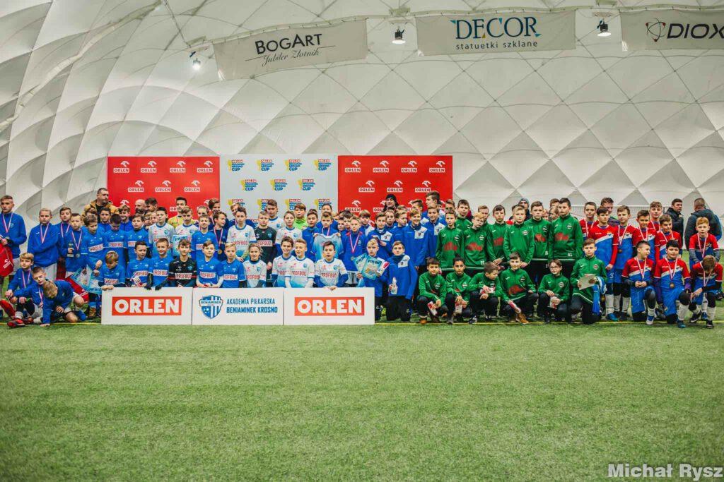 """Organizatorem """"ORLEN Beniaminek Krosno Cup"""" jest Akademia Piłkarska Beniaminek PROFBUD Krosno, a """"Sponsorem Głównym"""" turnieju firma PKN ORLEN."""