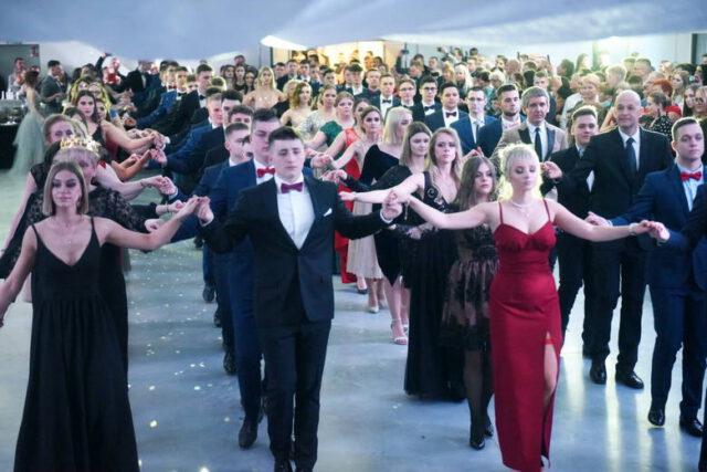 Zdarza się przymus tańczenia poloneza (pod groźbą obniżenia oceny z W-F lub zachowania).