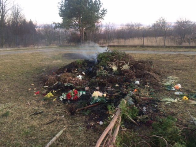 Na Cmentarzu Komunalnym przy ul. Wyszyńskiego w Krośnie dochodzi do gromadzenia odpadów wbrew regulaminowi cmentarza, na ogromnej hałdzie. Następnie odpady, zawierające też tworzywa sztuczne, np. plastik ze sztucznych wieńców, są palone.